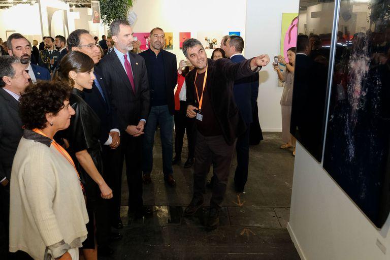 Felipe y Letizia, con el artista argentino Mariano Sardón y la galerista Orly