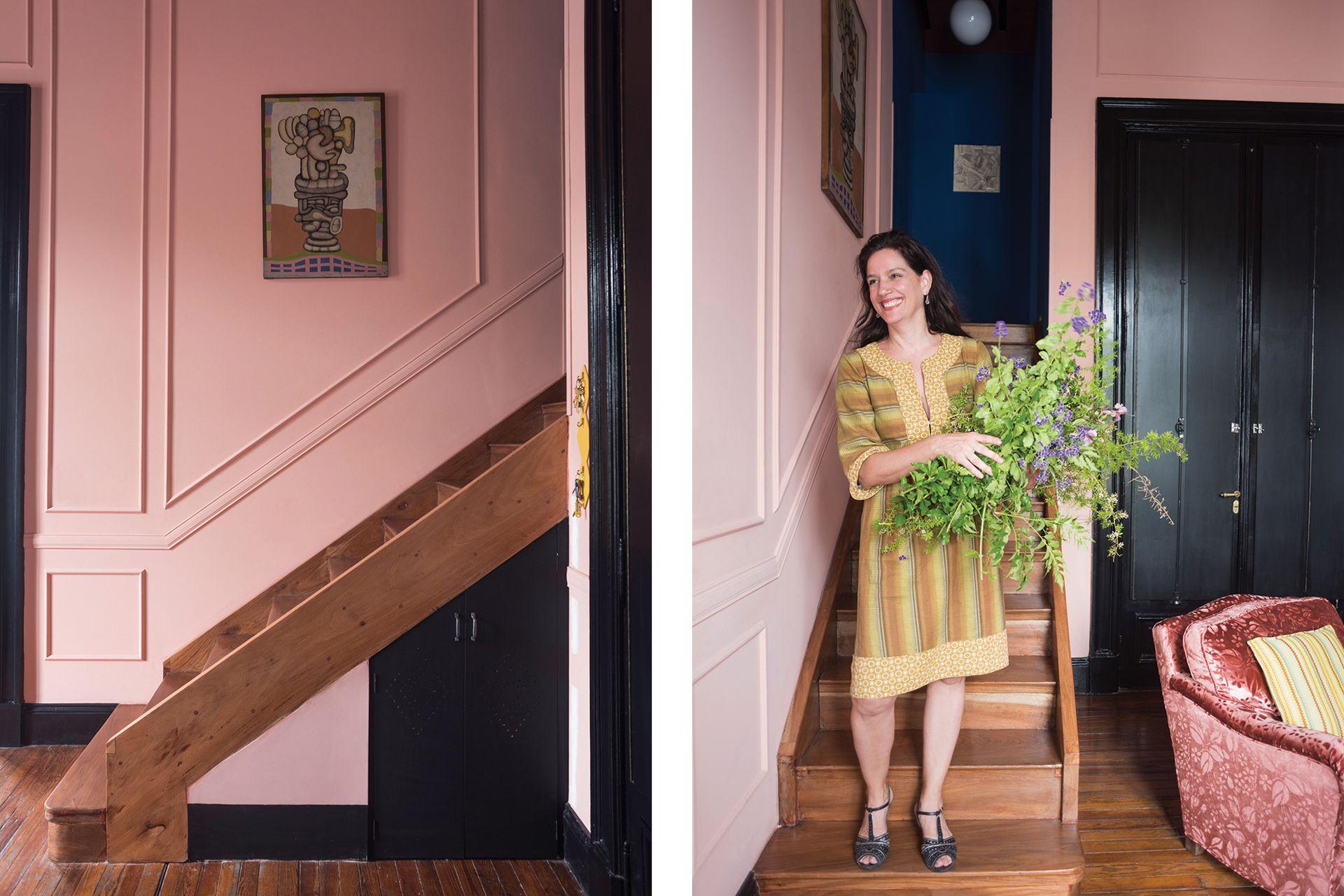 La escalera lleva al entrepiso, donde está la habitación de Rosa.