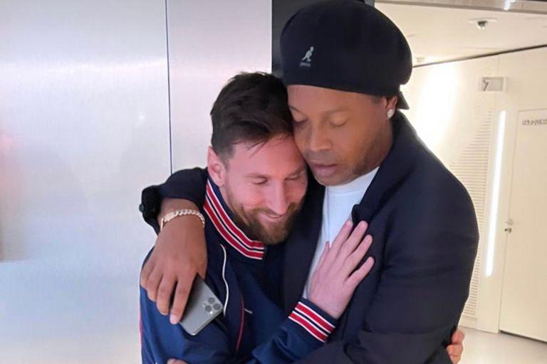 Las inéditas fotos de Ronaldinho con Leo Messi en la cancha del PSG
