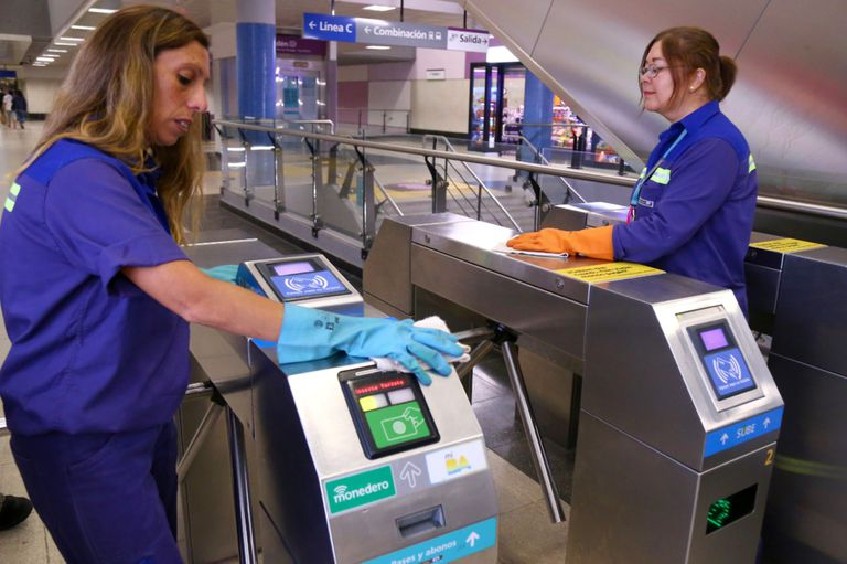 Personal de limpieza de Metrovías higieniza las instalaciones de toda la red
