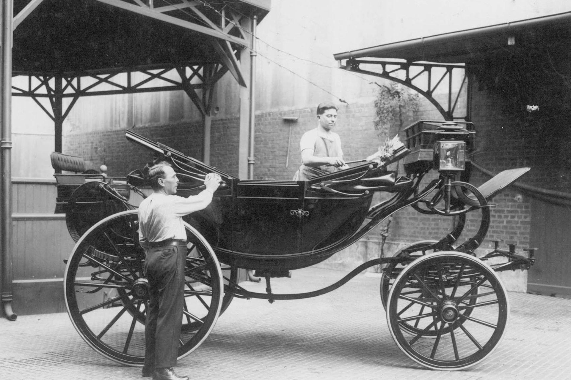 Cuando se dejaron de usar los carruajes, el lugar se convirtió en garage de los autos oficiales y de las ambulancias de Casa Rosada.