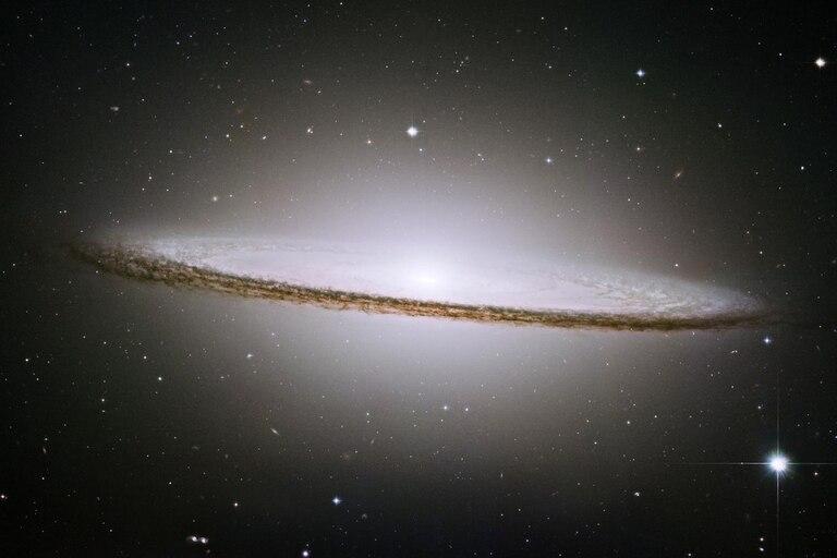 La galaxia Sombrero (Messier 104) tiene 50.000 años luz de diámetro y está a 28 millones de años luz de la Tierra