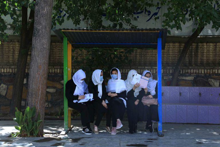Mujeres afganas esperando el tranposrte para ir a clases en Herat, el 17 de agosto de 2021