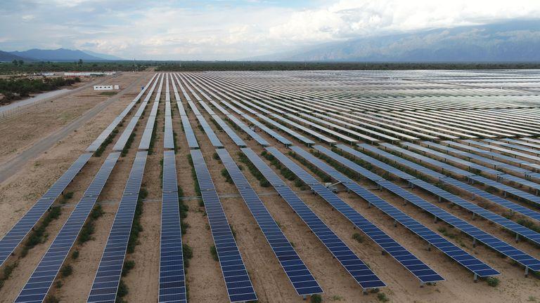 """0, 4%. EnergÍa fotovoltaica. Es la que se conoce generalmente como """"solar"""" y se considera que, junto con la eólica, es la que más potencial tiene en el país. Actualmente hay 69 proyectos adjudicados, que tendrán la capacidad para generar 2029,9 MW."""