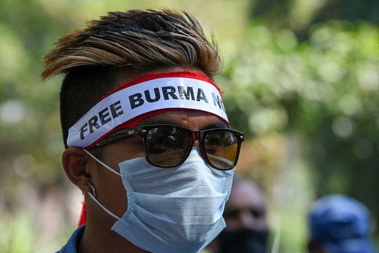 Refugiados birmanos en India protestaron hoy en Nueva Delhi contra la represión y el golpe de Estado