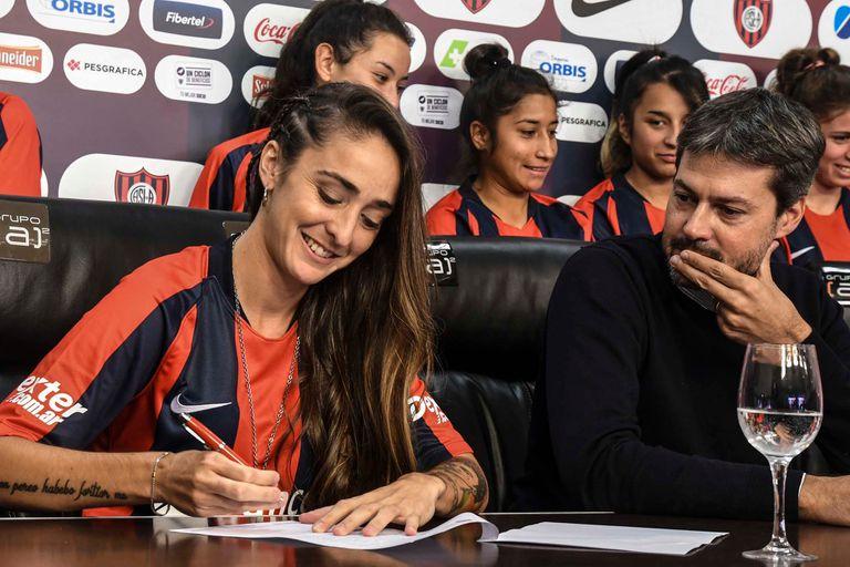 Maca Sánchez firmando su contrato profesional con San Lorenzo