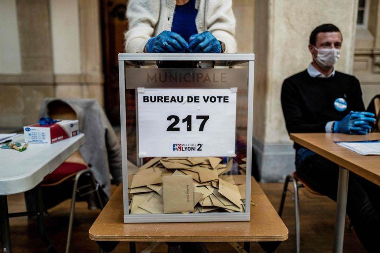 Autoridades de las elecciones municipales que Francia celebró el domingo pasado