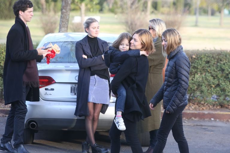 Laura Laprida lleva en brazos a su sobrina, Cala