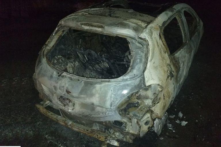 El auto carbonizado dentro del cual fue encontrado un cuerpo