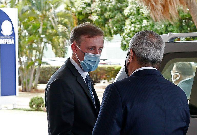 Jake Sullivan junto al ministro de Defensa de Brasil, antes de llegar a la Argentina