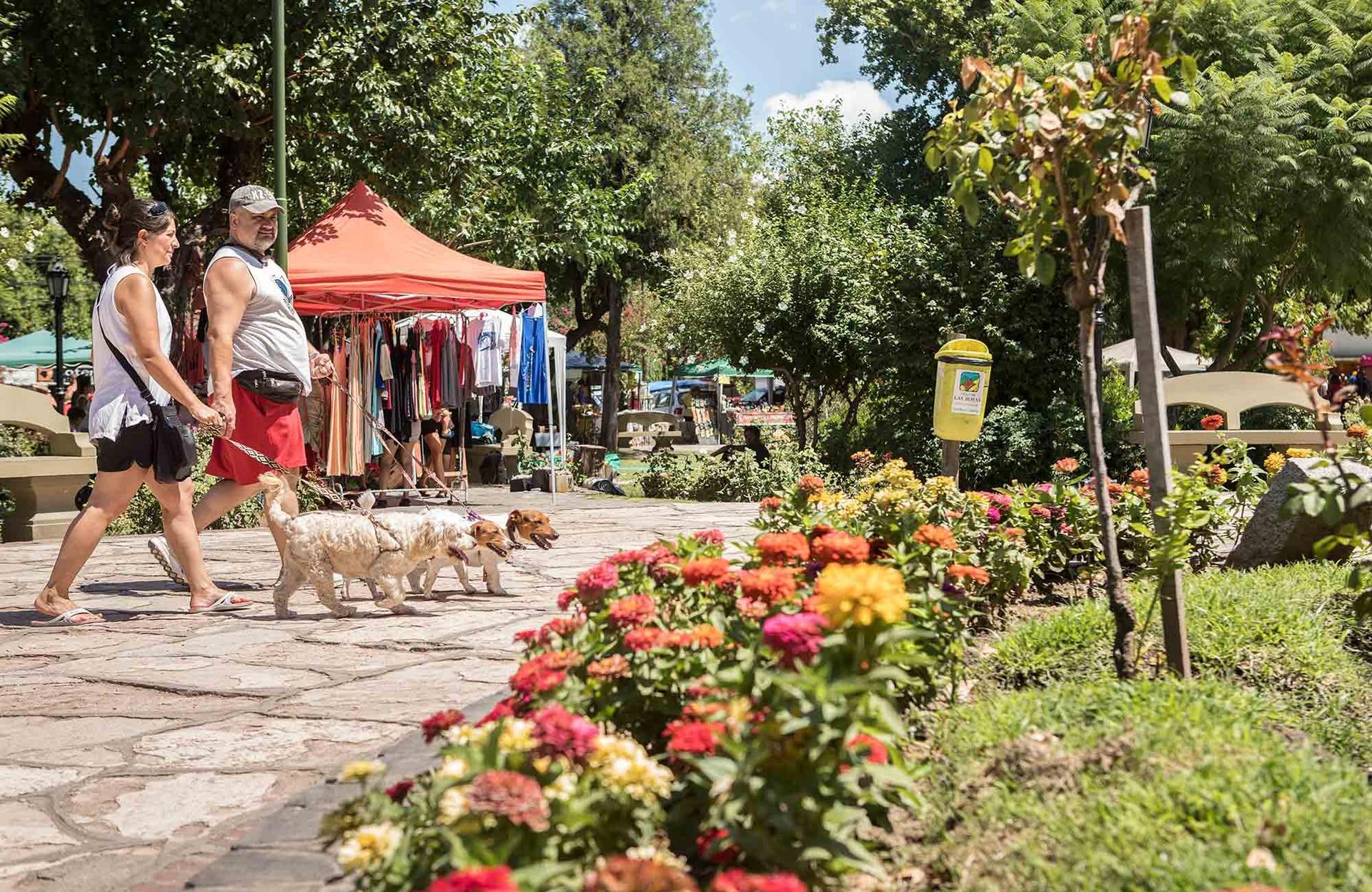 La feria de la plaza de Villa Las Rosas, el punto de encuentro del valle los sábados a la mañana.