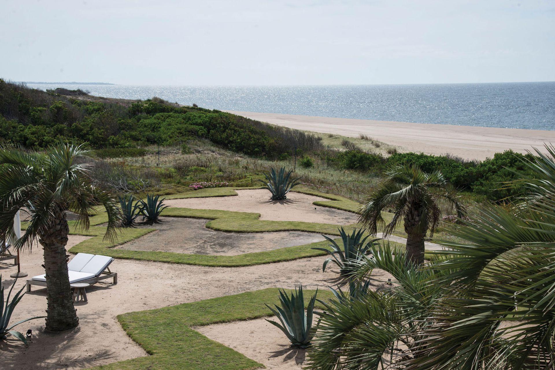 El último sector del jardín, abierto al mar, se planteó como un gran espacio de césped intervenido con formas orgánicas que supieron contener grandes masas de rastreras y ágaves. Hoy queda el diseño y la arena, que acerca la costa a la casa.