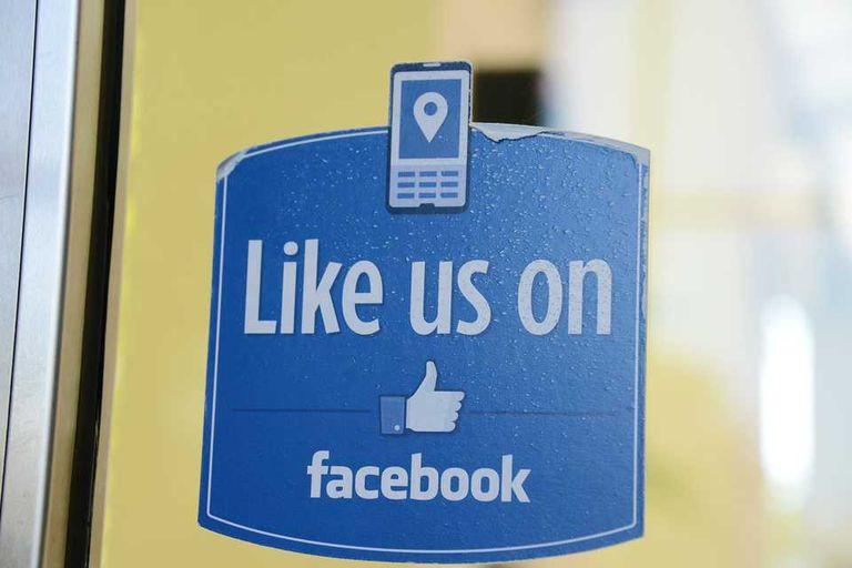 Una etiqueta con la emblemática frase de Facebook, en una de las puertas de la sede central de la compañía en Menlo Park, California