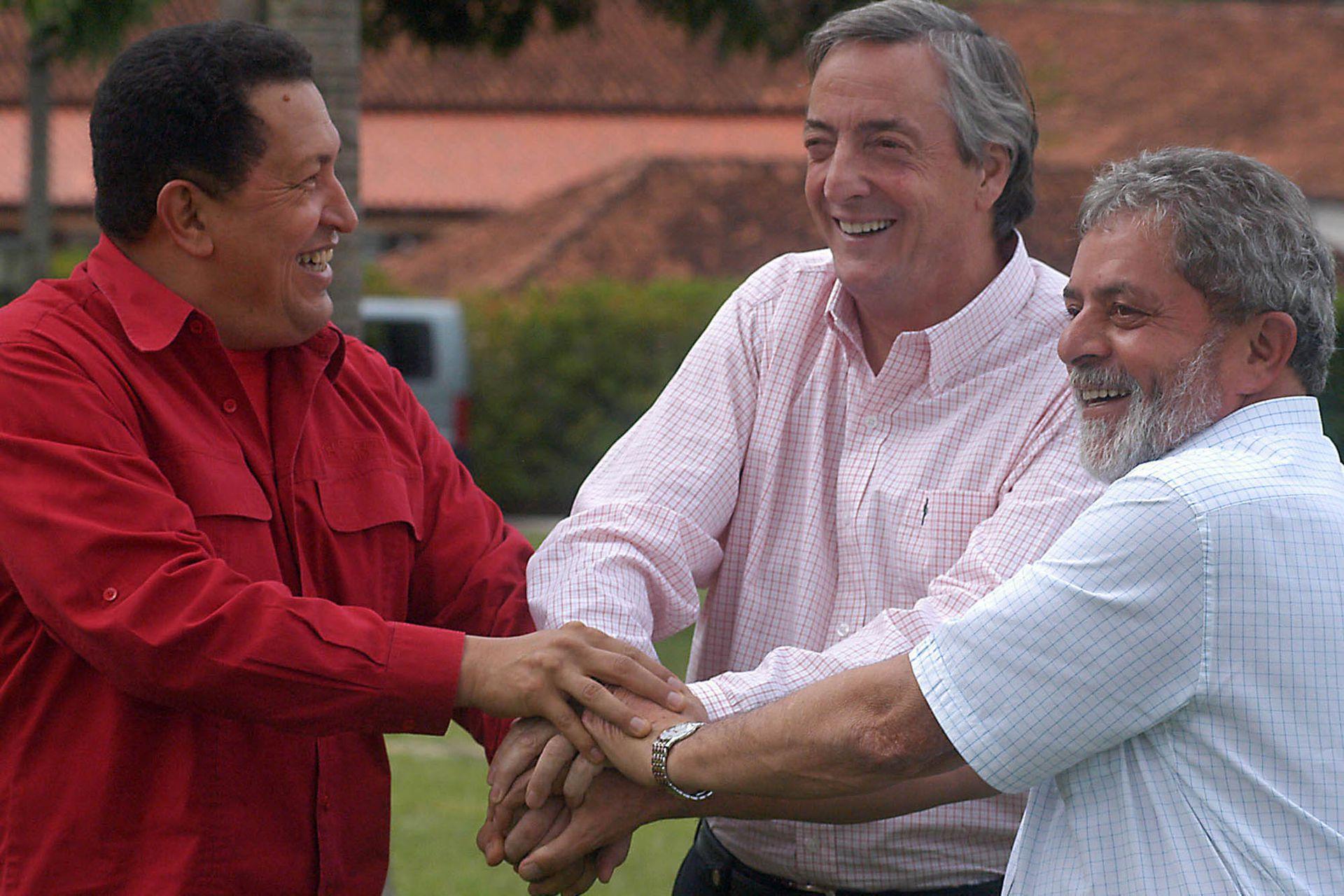 El 19 de enero de 2006 en Brasilia, Néstor Kirchner se saluda con Hugo Chávez y Lula da Silva