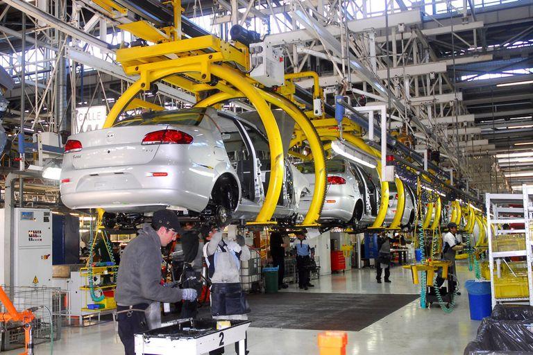 Cepo al dólar: preocupa a la industria automotriz el acceso a autos importados