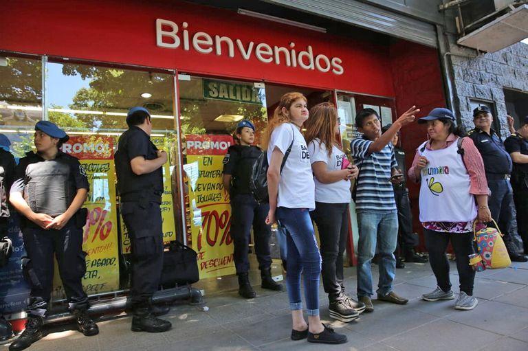 Integrantes de Barrios de Pie piden alimentos en el Carrefour de La Plata