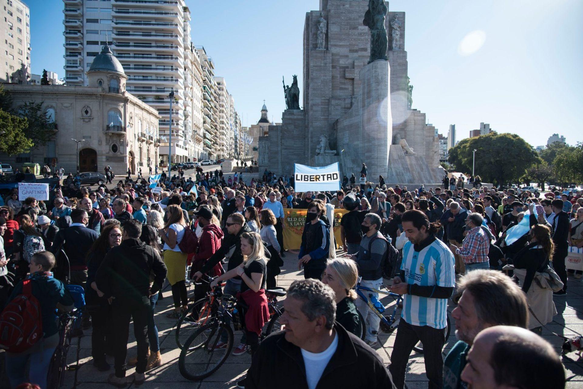 En Rosario, en la zona del Monumento a la Bandera hubo enfrentamientos entre manifestantes y la policía