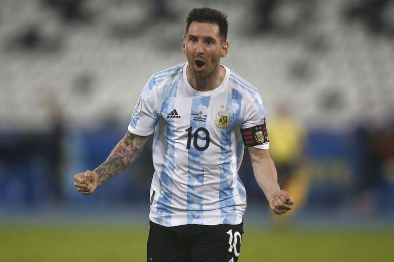 Lionel Messi de Argentina celebra tras anotar el primer gol de su equipo durante un partido del Grupo A entre Argentina y Chile en el Estadio Olímpico Nilton Santos como parte de la Copa América Brasil 2021 el 14 de junio de 2021 en Río de Janeiro, Brasil.