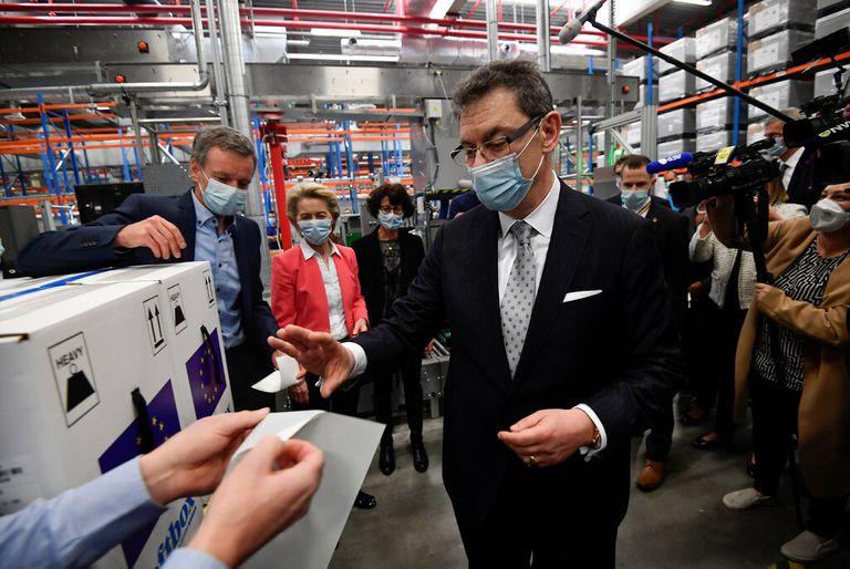 Albert Bourla, CEO de Pfizer durante una visita a una planta de producción de la empresa la semana pasada en Bélgica
