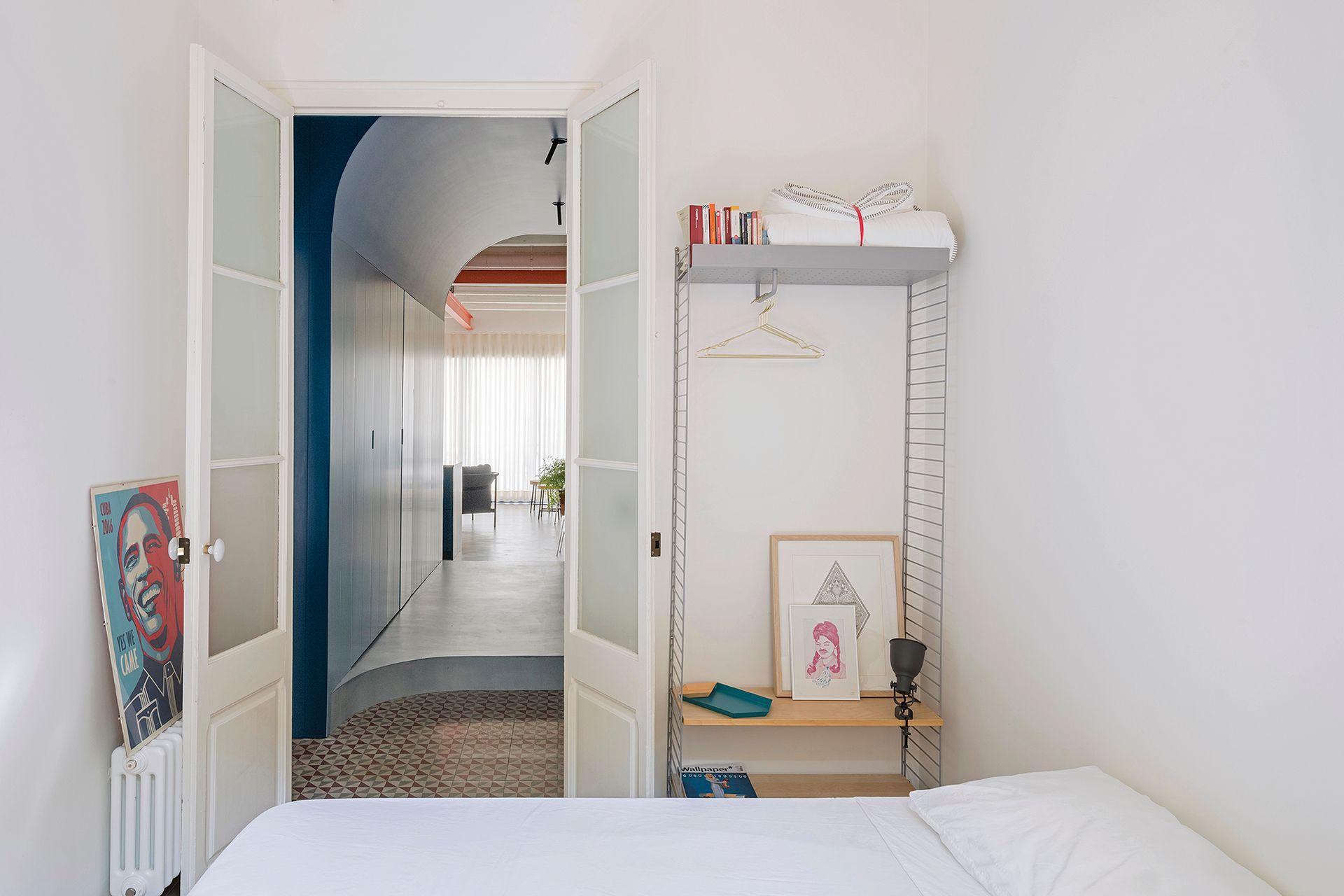 El austero cuarto de huéspedes tiene un espacio de guardado tan escueto que se complementa con los placares en el corredor.
