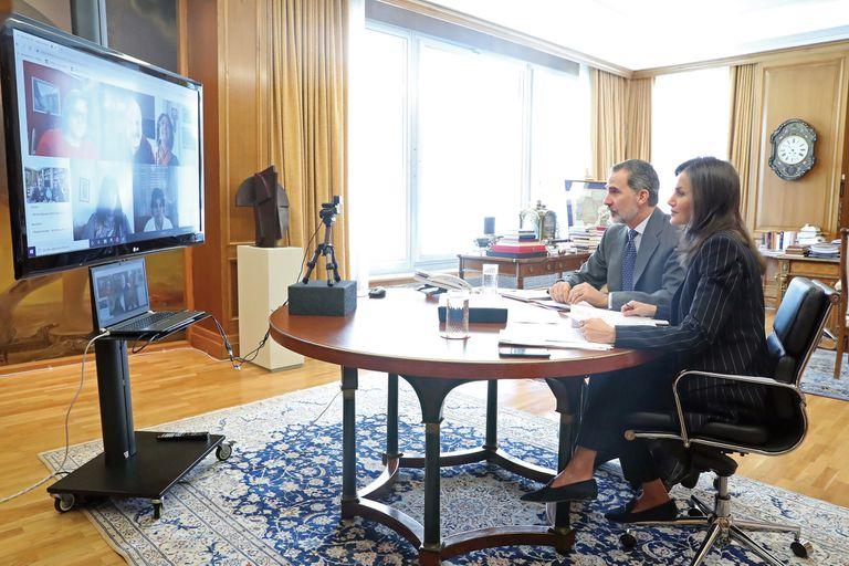 Letizia y Felipe, durante una de las tantas videoconferencias que mantienen desde el palacio de La Zarzuela. Dan aliento y apoyo a su pueblo y a sus líderes.