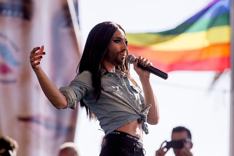 Cuando en 2014 Conchita Wurst ganó un importante festival de la canción muchos espectadores homofóbicos se sintieron molestos. Un grupo de hombres rusos publicaron fotos de ellos mismos afeitándose la barba en señal de protesta.