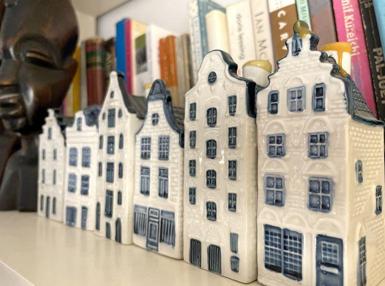 La simpatía de las casitas de cerámica que identifican a la aerolínea KLM está en la posibilidad de recrear una calle de Ámsterdam en la biblioteca... y en la ginebra holandesa que esconden en su interior