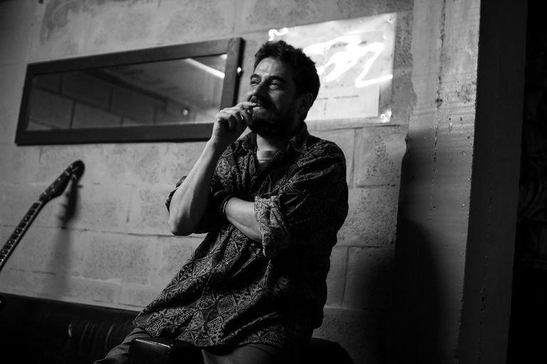 Santiago Moraes le imprime una impronta de barrio a historias universales