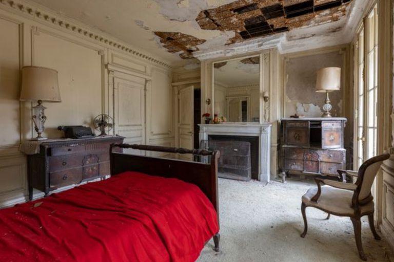 Uno de los dormitorios ubicados en el ala norte de la propiedad que aún conserva los muebles de la época