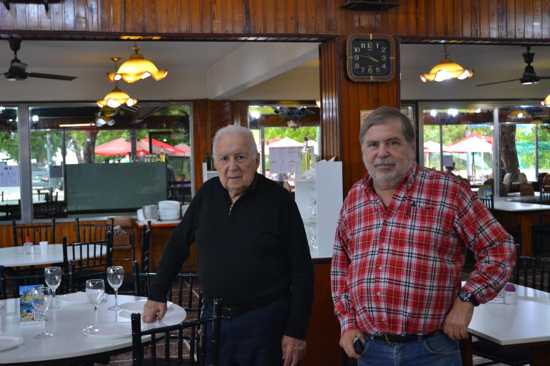Padre e hijo en el interior del restaurante
