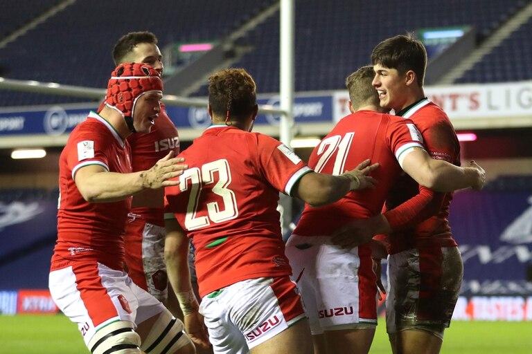 Gales y uno de sus festejos en el Seis Naciones que lo consagró