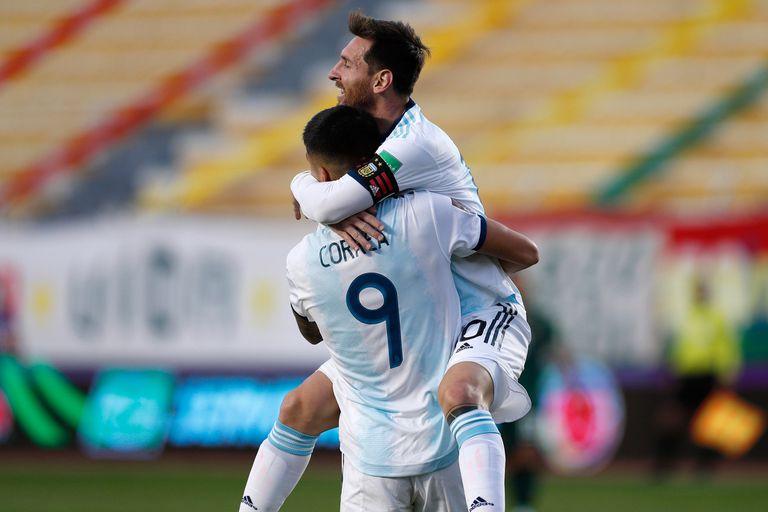 Messi se cuelga en un abrazo de Joaquín Correa, autor del gol del triunfo de la Argentina ante Bolivia.