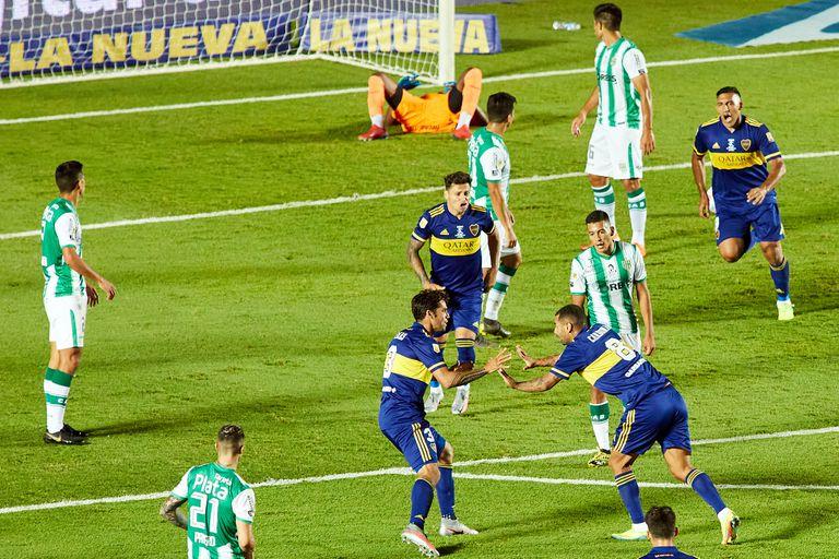 Edwin Cardona sacó el bombazo y generó la locura antes de señalar el cielo, dedicándoselo a Diego Maradona, y abrazar a Carlos Tevez.