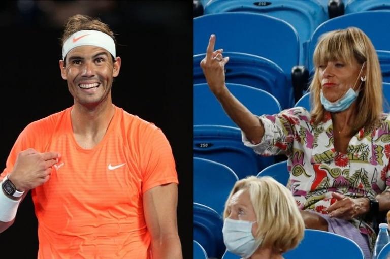 Rafael Nadal sonríe, pero luego se transformaría en un momento incómodo: una mujer le realizó un gesto obsceno en medio de un match y fue retirada del Rod Laver Arena.