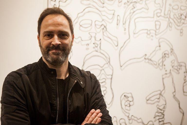 """Mariano Molina, autor de la obra """"Alineados alienados""""."""