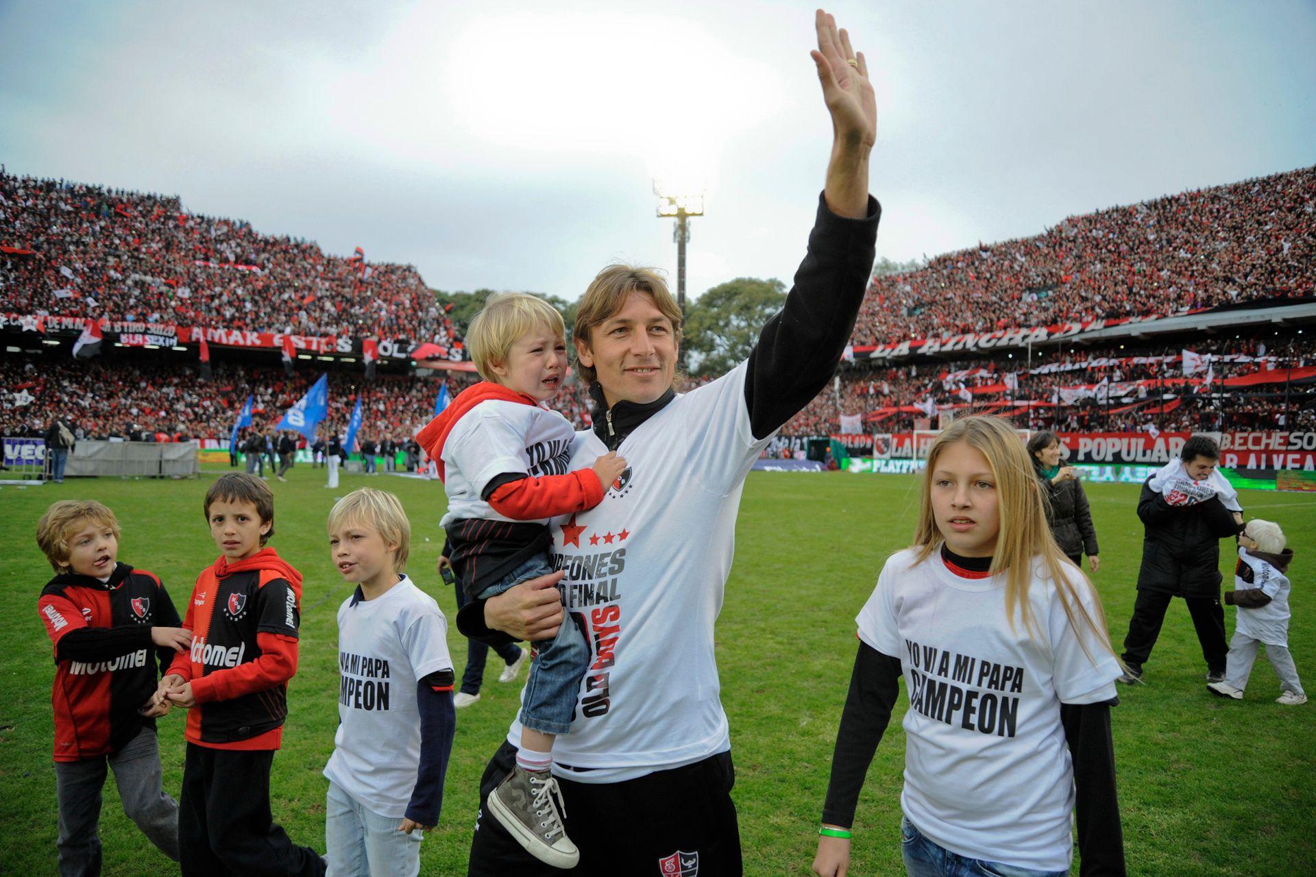 Campeón con Newell´s en su regreso al país, en 2013, acompañado en los festejos por sus hijos, Agustín, Thomas y Paula, muy pequeños entonces; en mayo de 2014 se retiró de las canchas
