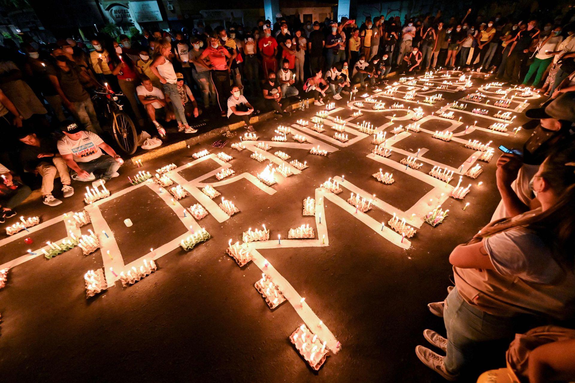 Los manifestantes rinden homenaje a los muertos con velas en las calles