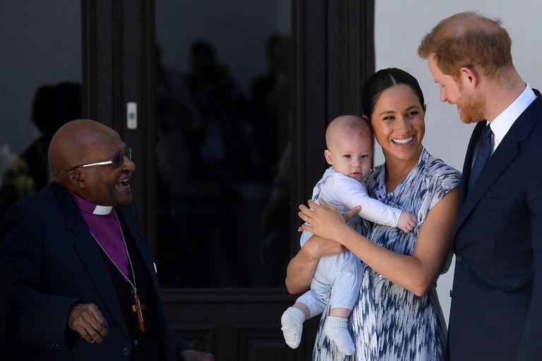 Harry y Meghan saludando al Premio Nobel de la paz de 1984, Desmond Tutu