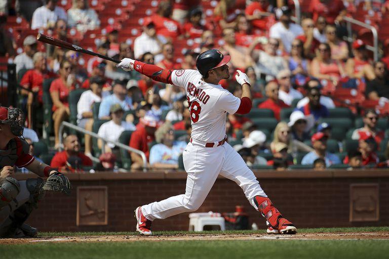 Nolan Arenado, de los Cardenales de San Luis, conecta un jonrón de dos carreras en el primer inning del juego ante los Rojos de Cincinnati, el domingo 12 de septiembre de 2021, en San Luis. (AP Foto/Scott Kane)