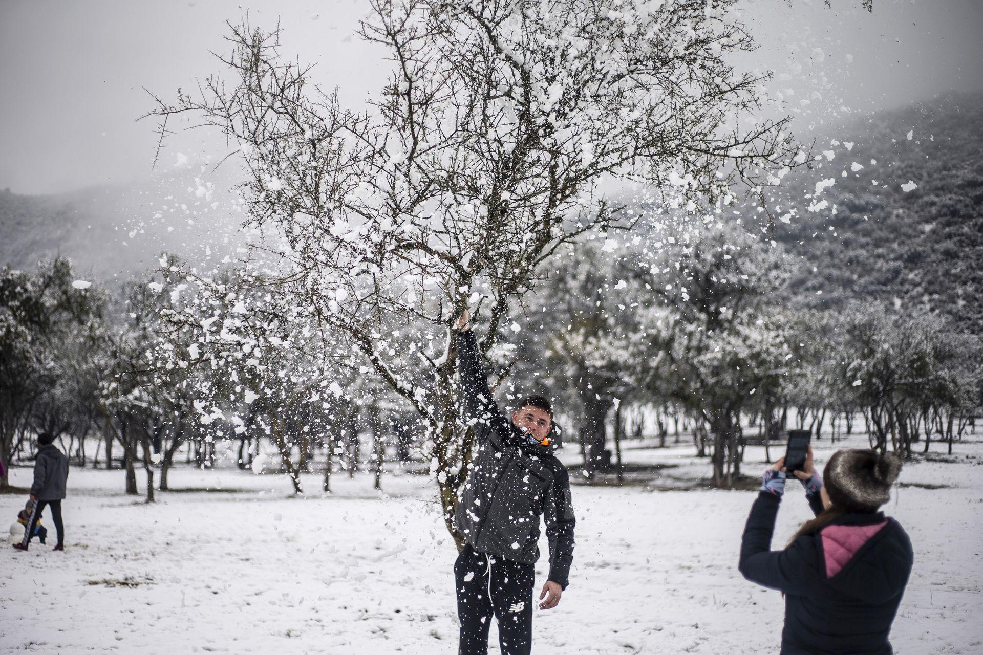 Jugando con la nieve en el Valle de Calamuchita, Villa General Belgrano, Córdoba