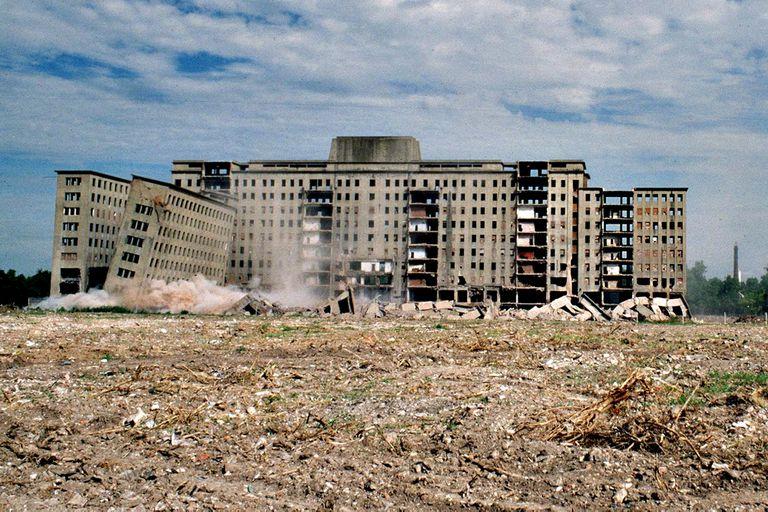 Para la reducción del ex albergue Warnes fue necesaria la utilización de media tonelada de dinamita; la demolición fue transmitida en vivo por televisión