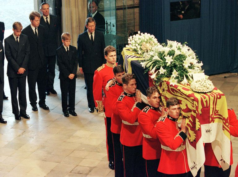 El príncipe Carlos y sus hijos Guillermo y Harry miran el féretro de Lady Di