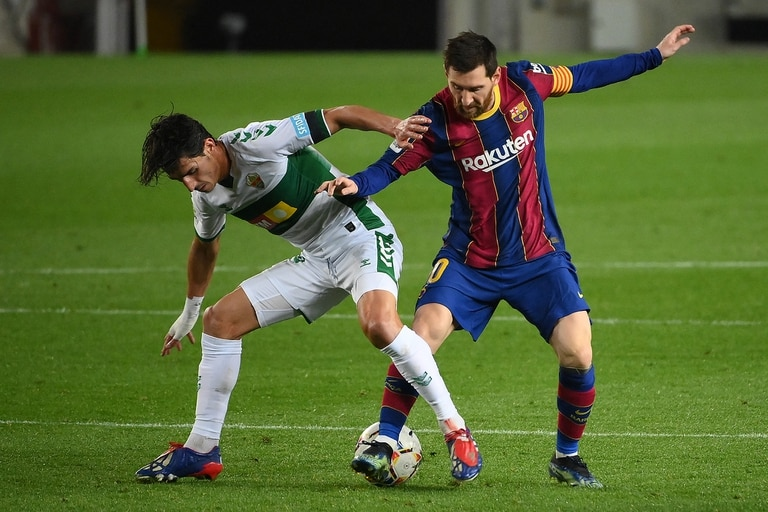 Messi, anticipado por un jugador de Elche en la goleada 3-0 de Barcelona.