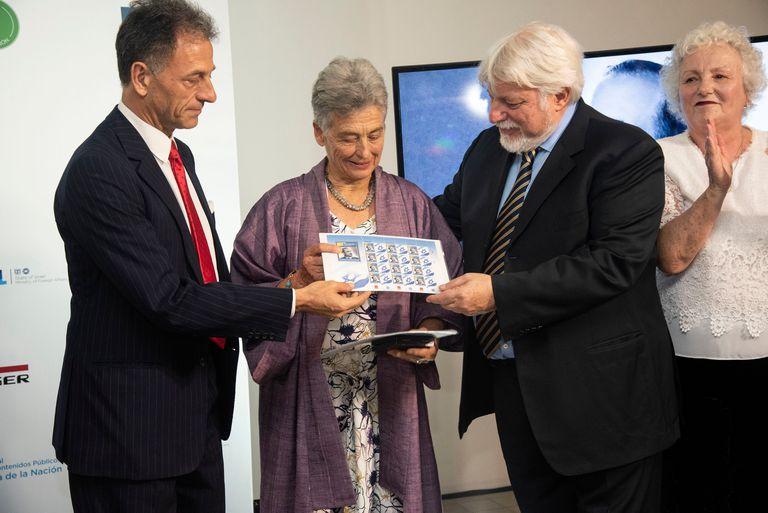 El presidente del Congreso Judío Latinoamericano, Adrián Werthein, rinde tributo a Johannes Schwarzenberg regalando estampillas conmemorativas al embajador y a su madre
