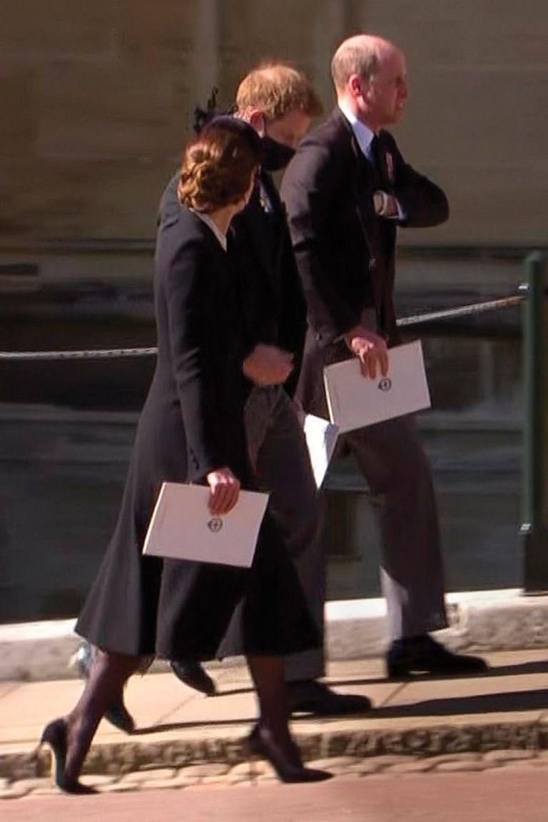No caminaron hombro a hombro en la procesión, pero William y Harry buscaron la manera de encontrarse tras el entierro de su abuelo