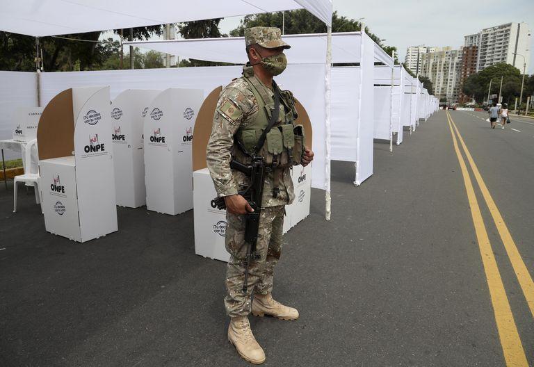 Un soldado monta guardia en un centro de votación en Lima