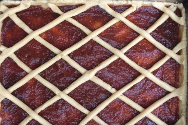 Pasta frola de membrillo en molde rectangular, por Pedro Lambertini.