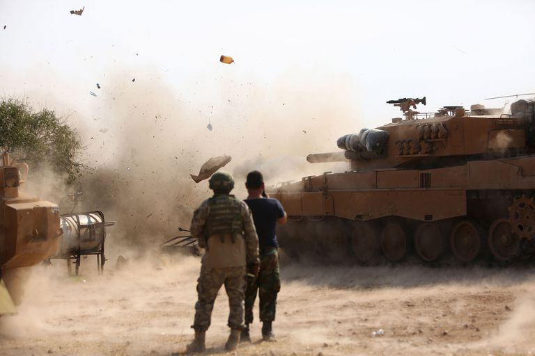 Un tanque turco dispara hacia los sirios