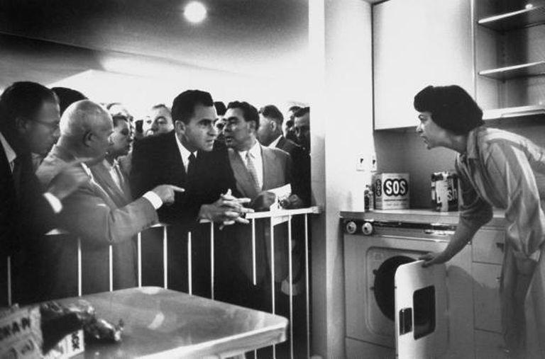 Nixon en el parque Sokolniki de Moscú, durante la inauguración de una exhibición comercial de productos estadounidenses en julio de1959