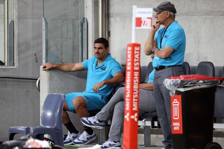Pablo Matera, desplazado del equipo en el final del Tres Naciones de 2020, luego de que trascendieran viejos tuits suyos; al lado Marcelo Loffreda, el manager de los Pumas.